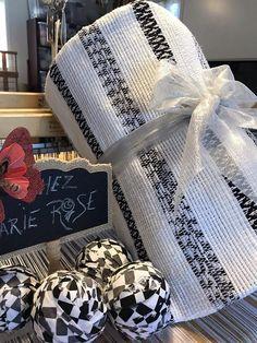Catalogne blanche et noir tissé comme autrefois sur métier à Fall Arrangements, Weaving Projects, Weaving Techniques, Woven Rug, Presents, Witch Craft, Rag Rugs, Rose, Blankets
