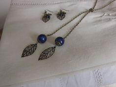 Sautoir rétro à pendentifs perles et feuilles. €20,00, via Etsy.