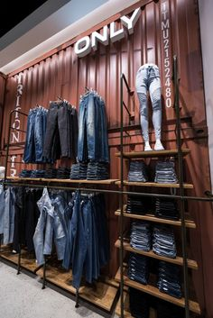 ONLY Store by Retail Fabrikken, Herning – Denmark Fashion Store Design, Clothing Store Design, Modegeschäft Design, Design Blog, Retail Store Design, Retail Shop, Denim Display, Clothing Store Displays, Store Image