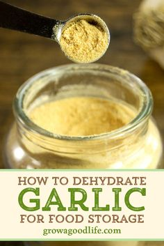 Dehydrating garlic increases the shelf life. Once dried, garlic can last a long time in your spice cabinet. Homemade Spices, Homemade Seasonings, Garlic Uses, Fresh Garlic, Conservation, Great Recipes, Favorite Recipes, Dehydrated Food, Dehydrated Vegetables