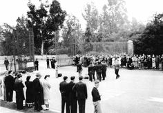 Funeral- Jean Harlow, Fans line the road at Forest Lawn, Glendale