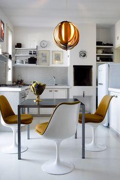 eat-in kitchen + tulip chairs eero knoll mustard yellow kitchen chairs Mesa Tulip, Boutique Deco, Fabric Dining Chairs, Kitchen Chairs, Kitchen Nook, Kitchen Dining, Cuisines Design, Modern Kitchen Design, Kitchen Interior