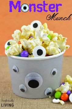 Learn how to make this Monster Munch Halloween Popcorn! Perfect for any Halloween themed party! Halloween Popcorn, Easy Halloween Food, Halloween Party Themes, Halloween Crafts For Kids, Halloween Trick Or Treat, Holidays Halloween, Halloween Treats, Halloween 2015, Kids Crafts