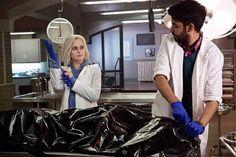 Liv Moore est une zombie qui aide la police dans le pilote de iZombie, la nouvelle série fantastique de The CW par le créateur de Veronica Mars.