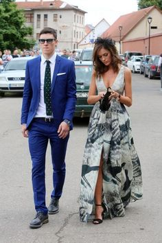 long printed v-neck wedding guest dress / http://www.himisspuff.com/wedding-guest-dress-ideas/6/