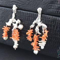 BRINCO RECIFE DE CORAIS II #245 Que tal um brinco com corais formando um próprio coral? A prata é cuidadosamente trabalhada aqui até se obter uma textura que remete aos galhos de corais de onde saem os ramos de corais brancos e alaranjados entrecortados por pérolas vindas diretamente do mar! <3 #asjoiasdarainha #designexclusivo #joiasdeautor #designjoias #jewelry #jewelrydesign #fashionjewelry #moda #fashion #exclusive #unique #jewellery #highjewellery #hautejewellery #piezasunicas #creative…