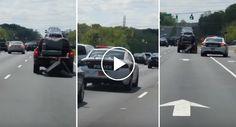 Condutor Arrasta Sofá Pela Estrada e Polícia Faz o Inesperado