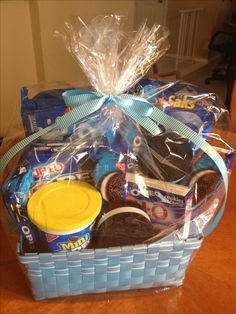 Oreo Lover's Gift Basket A great door prize idea! Theme Baskets, Themed Gift Baskets, Diy Gift Baskets, Raffle Baskets, Fundraiser Baskets, Diy Christmas Gifts, Holiday Gifts, Christmas 2014, Handmade Christmas