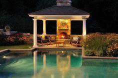 Avec un gazébo, à la nuit tombée le feu transforme la piscine en un lac fantastique