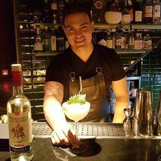 """""""Fusión Nikkei"""" impactante cóctel con Pisco Demonio de los Andes by #bartender Samuel Rosa #piscodemoniodelosandes #pisco #demoniodelosandes #piscolover #tacama #ica #peru #piscoperuano #drinks #instadrink #spirit #destilados #destiladospremium #lifestyle #experience #barmaid #barman #bartendercommunity #Cocktail #cocktailtime #Cocktailbar #cocteleriacreativa #cocteles #cocteleriadeautor #luxury #bar #saturdaynight #distribuidordebebidas @iberlicor"""