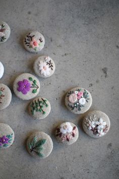 Flower Embroidery Designs, Simple Embroidery, Hand Embroidery Patterns, Floral Embroidery, Embroidery Stitches, My Sewing Room, Felt Brooch, Crafts For Girls, Button Crafts