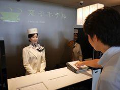 写真3 フロントロボットとの会話はボタンで進める