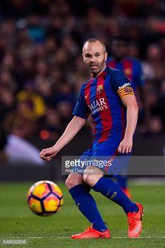 Fotografía de noticias : Andres Iniesta of FC Barcelona plays the ball...
