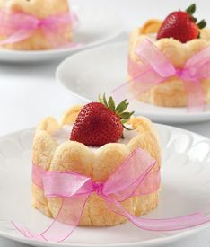 Strawberry Mousse Ladyfingers Makes 8 servings 3 packages soft split ladyfingers 2 packages cream cheese, softened . Mini Desserts, Just Desserts, Delicious Desserts, Dessert Recipes, Tea Party Desserts, Mothers Day Desserts, Strawberry Mousse, Strawberry Recipes, Cupcakes