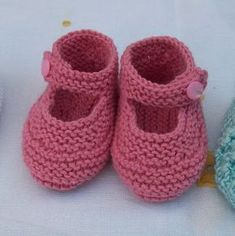 Baby Booties Knitting Pattern, Knit Baby Dress, Knit Baby Booties, Crochet Baby Shoes, Baby Boots, Baby Knitting Patterns, Beret Rouge, Baby Boy Sweater, Baby L