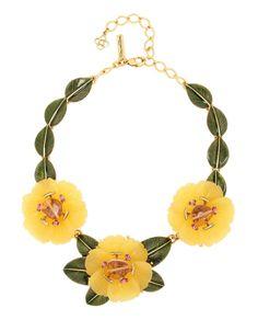 Collar de bronce bañado en oro con tres peonías de resina talladas y adornadas con cristales rosas de Swarovski y piedras de ámbar, de Oscar de la Renta.