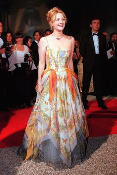 drew barrymore Still in love with this dress. I wish I could find more images online - especially showing the shoes. Drew wore the glass slippers from Ever After. Pretty Outfits, Pretty Dresses, Beautiful Dresses, Cute Outfits, Runway Fashion, Fashion Show, Fashion Outfits, Fashion Design, Style Fashion