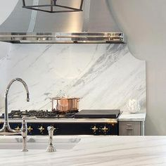 shiny vent hood, white backsplash White and gray kitchen features light gray cabinets paired with calacatta marble… Stone Backsplash, Kitchen Backsplash, Quartz Backsplash, Rustic Backsplash, Kitchen Oven, Herringbone Backsplash, Kitchen Worktop, Backsplash Ideas, Kitchen Pantry
