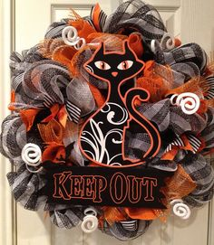 Halloween Deco Mesh Wreath, Keep Out Kitty.this is awesome Halloween Mesh Wreaths, Halloween Door, Halloween Crafts, Halloween Decorations, Halloween Clothes, Halloween Patterns, Halloween Christmas, Costume Halloween, Wreaths And Garlands