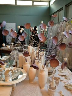 Des vases en plâtre moulés dans des briques de jus d'orange et des fleurs en carton fabriquées avec des emballages de clémentines. Original !