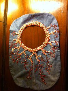 Borsa a spalla in jeans e perline ricamata tipo corallo