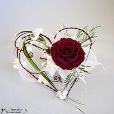 Porte bague élégant et chic en forme de cœur décoré avec une orchidée blanche, une façon originale de présenter les alliances lors de la cérémonie de mariage