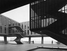 War Memorial building designed by Eero Saarinen on Lake Michigan