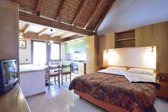 Appartamento Mansarda situato al 3° piano - monolocale con letto matrimoniale e divano letto singolo, angolo cottura, balcone lato est vista bosco (dietro), bagno con doccia e velux. (scala interna)