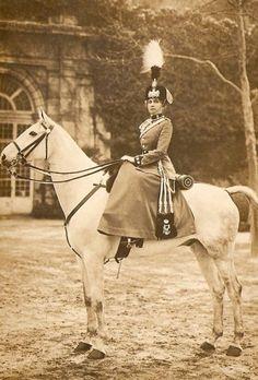 Victoria Eugenia, la reina de España, nacida princesa de Battenberg, nieta de la reina Victoria Visitar página  Ver imagen