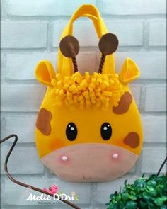 Discover thousands of images about Sacolinha Girafa 🌿 Felt Crafts, Diy And Crafts, Crafts For Kids, Sewing Crafts, Sewing Projects, Cartoon Bag, Doll Carrier, Animal Bag, Diy Bags Purses