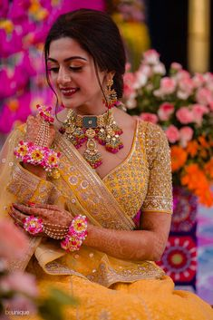 Indian wedding photography is about capturing the entire wedding in a detailed way. Here is an insight into the Indian Wedding Photography and how the traditions and cultures get reflected by wedding photographers in India to reflect culture. Indian Bridal Photos, Indian Bridal Outfits, Indian Bridal Fashion, Mehendi Outfits, Indian Dresses, Bridal Poses, Bridal Photoshoot, Bridal Portraits, Indian Photoshoot