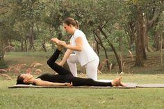 Thai Yoga Massagem por Professora Barbara Santos. www.espaconibbana.com.br   #barbarasantos #barbaranibbana #espaconibbana #itmschool