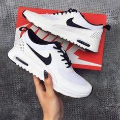 ee8cf154c61e9 15 Nikes que harán sentir un poquito celosos a tus Adidas. Tenis Nike  Negros MujerNike Negras MujerZapatos ...