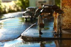 Schmuddelwetter auch in 1 zu 87! Für diese Szene wurden herkömmliche Preiser Figuren entsprechend abgewandelt und mit aufgespannten Regenschirmen bestueckt. Modellbau Chocholaty.