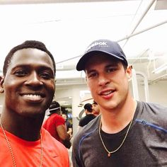 Sidney Crosby in the weight room with Wide Receiver Antonio Brown of the Pittsburgh Steelers. Pittsburgh Sports, Pittsburgh Penguins, Penguin Songs, Hockey Rules, Antonio Brown, Gold Girl, Sidney Crosby, Wide Receiver, Future Husband
