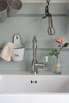 Svenngården: Før og etter: #prosjektGjerde - Kjøkken Bathroom Hooks, Cabin Ideas, Kitchen Inspiration, Home Decor, Homemade Home Decor, Interior Design, Home Interiors, Decoration Home, Home Decoration
