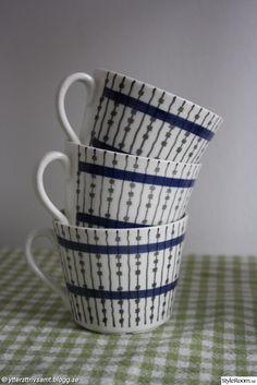 Sista månaderna i lägenheten - Hemma hos feuille Hand Painted Ceramics, Porcelain Ceramics, Scandinavia Design, Mid Century Modern Kitchen, Vintage Cups, Swedish Design, Vintage Pottery, Pyrex, Retro