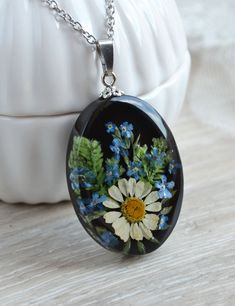 Pendant width: 27 Millimeters Handmade pendant with real chamomile and forget-me-nots in resin. Resin Jewelry, Beaded Jewelry, Handmade Jewelry, Diy Resin Art, Tote Bags Handmade, Magical Jewelry, Resin Charms, Cute Jewelry, Forget