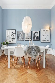 Scandinavian design in the dining room - 50 inspiring ideas .- Scandinavian design in the dining room white furniture set and light blue walls Scandinavian Interior Design, Scandinavian Home, Home Interior Design, Home Design, Design Interiors, Design Set, Kitchen Interior, Danish Interior, Modern Interiors