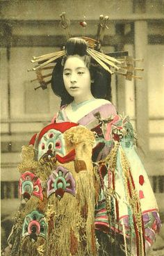 Yoshiwara courtesan Komurasaki in Taisho era 小紫@吉原(大正時代) Don't you become melancholic feelings when you look at the photographs of courtesans though they were beautiful ? Era Taisho, Taisho Period, Edo Period, Japanese History, Japanese Beauty, Japanese Culture, Japanese Fashion, Vintage Japanese, Japanese Art