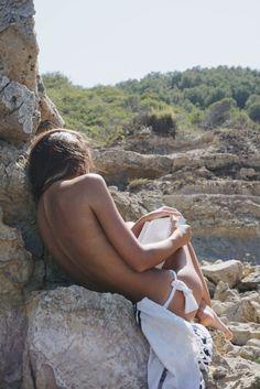 Summer vibes via @mirenalos #summer #beach #book #mirenalos #sun #sunbathing