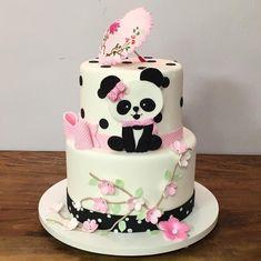 Os pandas já chegaram por aqui e estamos completamente apaixonados! 😍❤️ .#panda #pandacake #bolopanda #pandaparty #festapanda Panda Themed Party, Panda Party, Fondant Cakes, Cupcake Cakes, Panda Birthday Cake, Bolo Panda, Bolo Fack, Panda Baby Showers, Panda Decorations