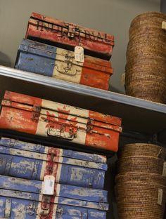 Vintage koffers en rustieke manden als prachtige interieuritems. Zen Lifestyle is gevestigd in Wijchen bij Nijmegen en heeft showroom van 10.000 m². Natuurlijk vind je in onze winkel onze eigen producten, zoals ons aanbod vintage en retro banken, onze topsellers, zoals het vintage tv-dressoir Stan. Maar ook hebben wij de mooie collectie van Zuiver en Duchtbone en vind je er nog veel meer topmerken, zoals Be Pure, JouwMeubel, UrbanSofa, Fatboy, Makkii, Woood etc.
