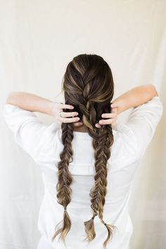 How to create a thick and chunky double fishtail braids! Women's elegant hairstyles. Hair tutorials for ladies. Easy casual dress it up or dress it down hair styles.