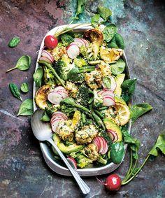 Halloumipanerad kyckling med avokado och rädisor