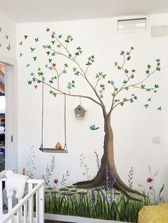 Pintura mural. Decoración de una habitación infantil. Mural de un árbol, en un estilo ilustrativo.