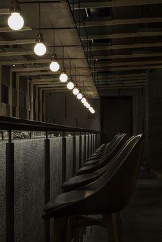 Neri&Hu designs dramatic light-filled atrium for Shanghai restaurant - All For Decoration Restaurant Lighting, Restaurant Tables, Cafe Restaurant, Bar Lighting, Suspended Lighting, Industrial Restaurant, Vintage Lighting, Lighting Design, Bar Interior Design