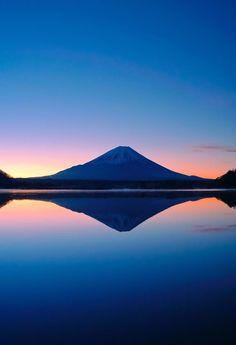 山梨、精進湖から見る富士の夜明け。太陽が顔を出す直前に、完全に静止した湖面。僅かに立ちのぼる朝霧。澄んだ12月の空気の中、時が静止したかのような一瞬でした。