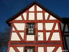 Schönes altes Fachwerkhaus mit spitzem Giebel im Ortskern von Wißmar bei Gießen in Hessen