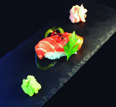 31. Nigiri de salmón al soplete con foie.  Salmón, arroz japonés, azúcar, aceite de trufa, foie  Sushi & Tapas Mare de Déu dels Dessamparats, 8 965467820 #Elche #Elx #tapas #AETE #visitelche